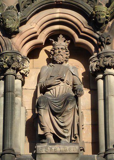 Statue av kong Ethelred I på vestfasaden på katedralen i Lichfield